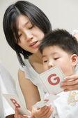 Matka doučování svého syna — Stock fotografie
