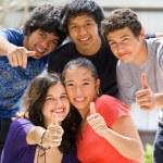 tonåringar poserar utanför skolan — Stockfoto