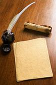 旧纸、 羽毛笔和木桌上滚动 — 图库照片