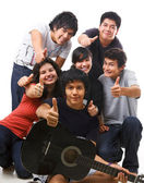 Groupe multi ethnique adolescents posant ensemble — Photo