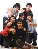 Grupo de multi étnica adolescentes posando juntos — Foto de Stock