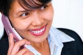 Cerca de una hermosa empresaria en el teléfono — Foto de Stock