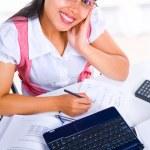 Weibliche Gelehrte Blick in die Kamera während des Studiums — Stockfoto