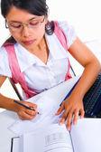 Weibliche gelehrte schreiben mathematik fomula — Stockfoto