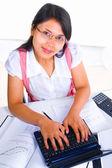 Femmina scholar digitando guardando fotocamera — Foto Stock