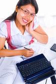 Kobieta uczony patrząc na kamery podczas studiów — Zdjęcie stockowe