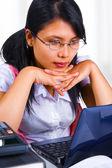 Uczony kobieta, patrząc na jej laptopie — Zdjęcie stockowe