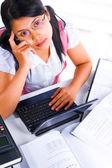 Feminino estudioso procurando idéia — Foto Stock
