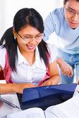 Weibliche gelehrte schreiben auf laptop und beobachtet — Stockfoto