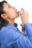 Mujer está tomando la medicina — Foto de Stock