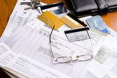 Cuentas y tarjetas de crédito — Foto de Stock