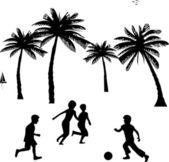 Garotinhos brincando com bola, futebol no Verão entre as palmas da árvore silhueta — Vetor de Stock