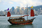 Chinese boat through the river at Victoria Harbour, Hong Kong — Stock Photo