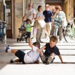 Two children playing on the floor — Stockfoto