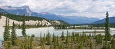 Athabasca River panorama in Jasper National Park, Alberta, Canada — Foto de Stock
