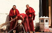 ZHONGDIAN-YUNNAN, CHINA. circa October, 2011. Young monks wash the entrance. — Stock Photo
