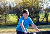 Adolescente maschio cavalcando un quad in autunno. — Foto Stock