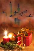 Regalo de navidad y adornos en el antiguo fondo vintage — Foto de Stock