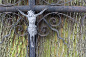Old grunge cross on grave — Stock Photo