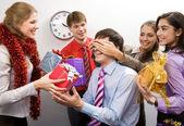 Image de l'homme devinant quel cadeau il va recevoir de ses collègues — Photo