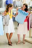 Att välja moderiktiga kläder — Stockfoto
