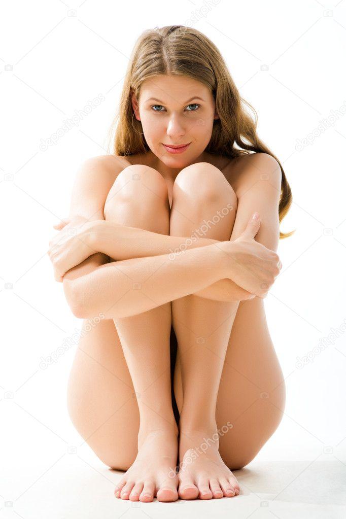 Голая застенчивая девушка позирует на камеру  691061
