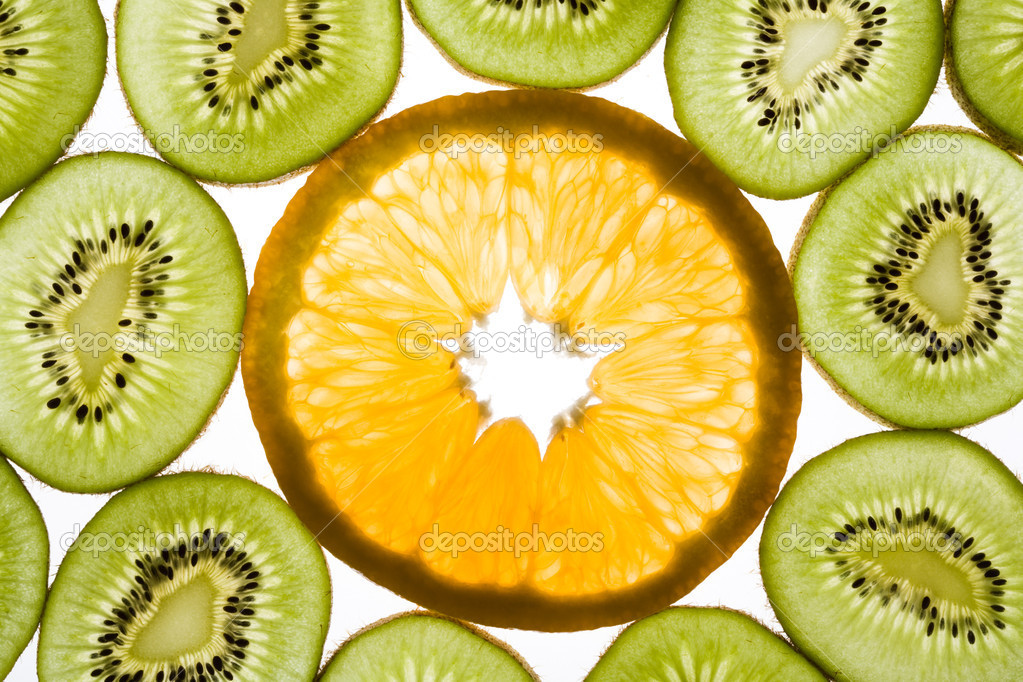 Photo of orange in the middle of slices of kiwi — Stock Photo #11108535