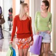 Shoppers chatting - Foto Stock