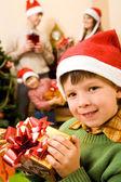 Enfant avec cadeau — Photo