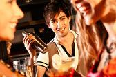 Счастливый бармен — Стоковое фото