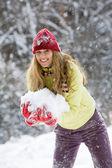 雪を持つ女性 — ストック写真