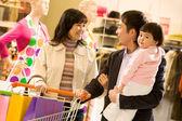 Rodzinne zakupy — Zdjęcie stockowe