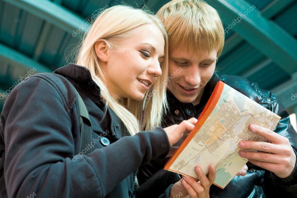 Photo of pretty girl and handsome guy looking at city map outside — Stock Photo #11149496
