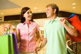 Casal durante as compras — Foto Stock
