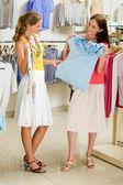 Choisir des vêtements à la mode — Photo