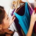 att välja vad att bära — Stockfoto