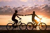 Cavalcando biciclette — Foto Stock