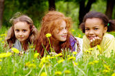 Chicas en pasto — Foto de Stock