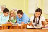 Lectura de los estudiantes — Foto de Stock