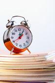 Relógio e cadernos — Fotografia Stock