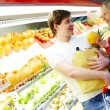 Couple in supermarket — Foto de Stock