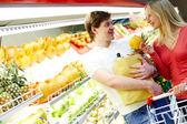 Couple in supermarket — Stock Photo
