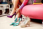 Att välja nya skor — Stockfoto