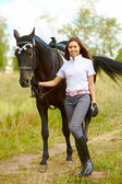 Brunetka z konia — Zdjęcie stockowe