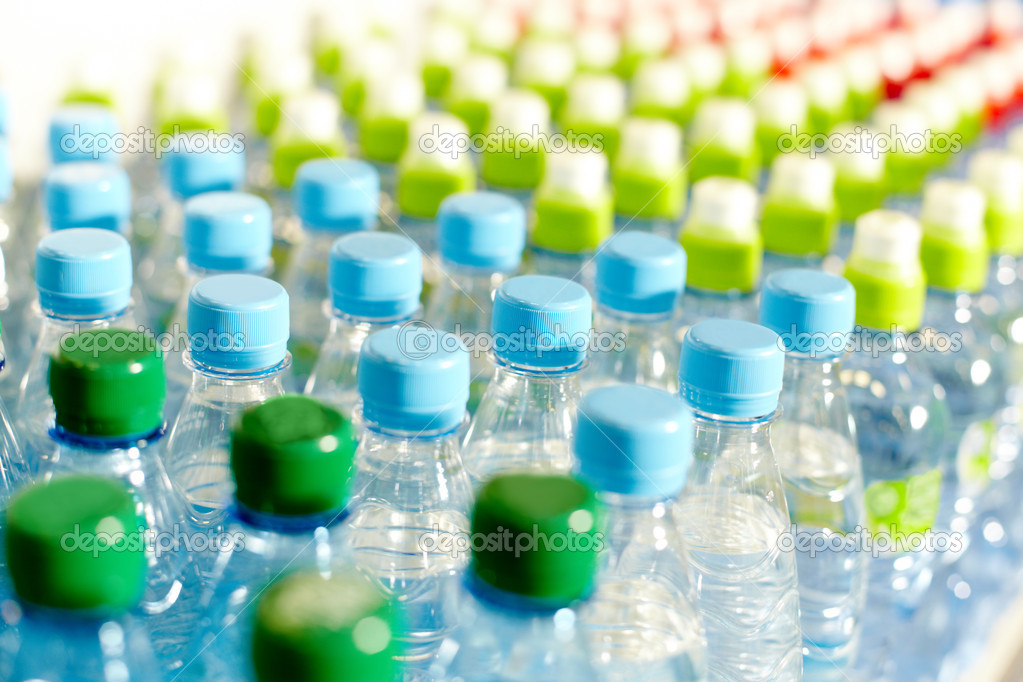 Image of many plastic bottles with water in a shop — Stok fotoğraf #11581430