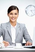Vrouw op werkplek — Stockfoto