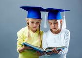 Bliźnięta czytanie — Zdjęcie stockowe