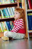 Girl in library — Stockfoto