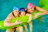游泳的家庭 — 图库照片