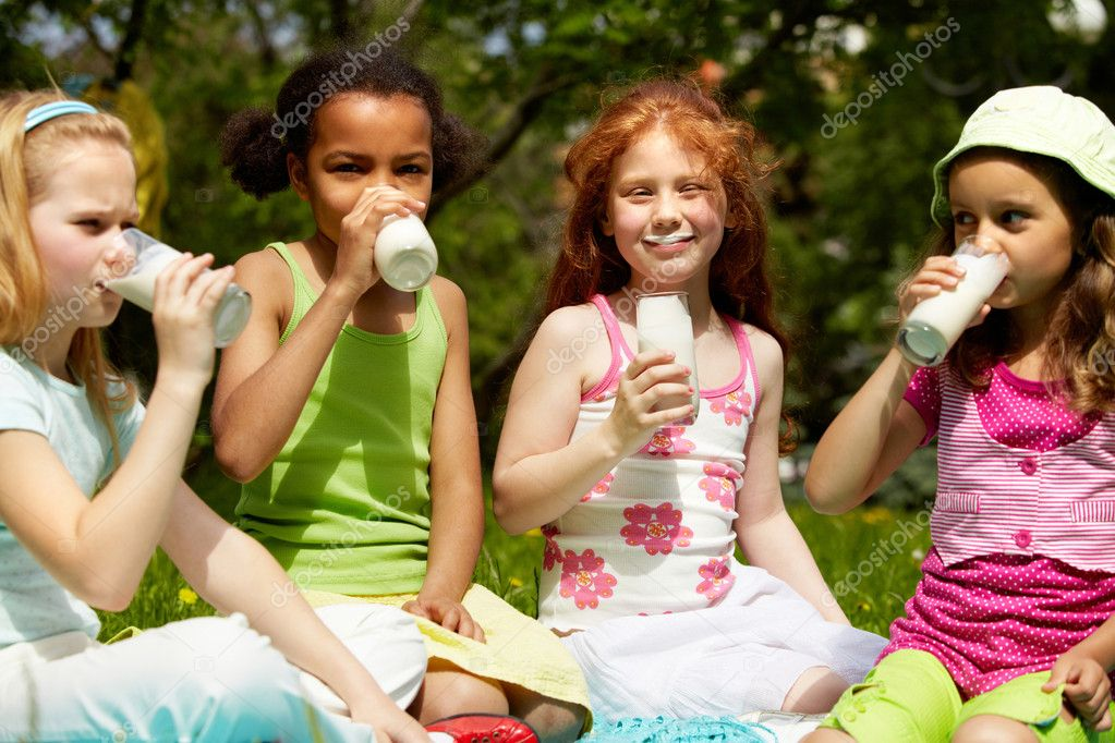 Portrait of cute girls drinking kefir outdoors — Stock Photo #11632790